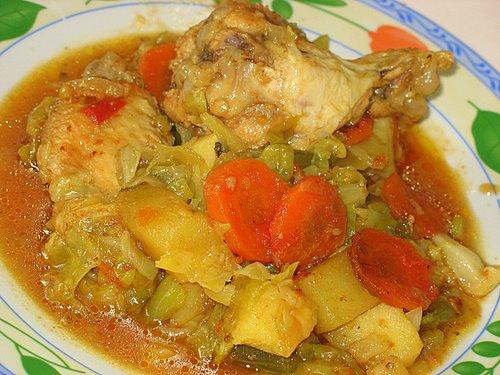 [b]***Тушеная капуста с куриными крылышками***[/b][br][br]крылья куриные 1 кг[br]морковь большая 1 шт.[br]лук репчатый 3 шт.[br]чеснок 3 -4 зубчика[br] томатная паста[br]зеленая стручковая фасоль(мороженная)[br]капуста белокочанная[br]зеленый пучок сельдерея[br]приправа Вегета и зира[br] соль и растительное масло[br][br]Крылья делим на три части, третью часть я не использую. Приправляем приправой для курицы и оставляем мариноваться.Затем в казане разогреваем масло и жарим наши крылышки до золотистого цвета,вынимаем. В этом же масле жарим лук, морковь и чеснок.Зиру перемалываем в ступе.Добавляем ее и томатную пасту к нашим овощам.И начинаем укладывать послойно.На нашу поджарку выложить часть нашинкованной капусты,далее картошку кубиками, посыпать приправой Вегета, на картофель жареные крылышки и мороженную стручковую фасоль. Далее вторую часть капусты, немного порезанного зеленого сельдерея и немного Вегеты. Добавляем немного воды и закрываем крышкой. Ставим на плиту и с момента закипания тушим 60-70 минут. За 10 минут до готовности я положила нарезанную кружочками казы (конская колбаса).Можно и без нее. Тушеная капуста готова! Приятного аппетита!